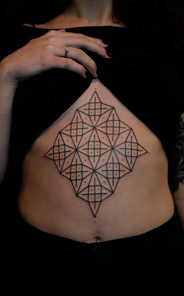 Ou optar por algo mais tradicional com a tatuagem na cor preto.