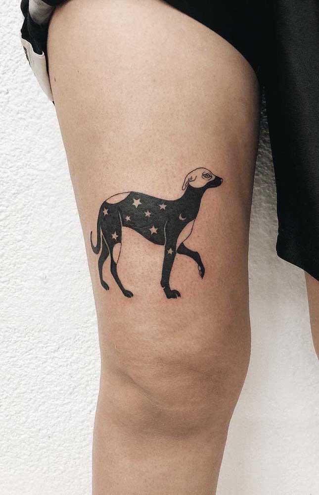O que acha de homenagear seu cachorro de estimação com uma tatuagem na coxa?