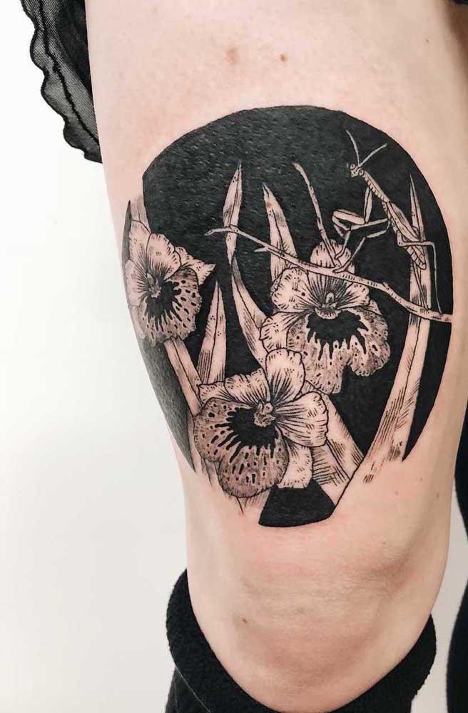 A tatuagem nas cores branco e preto são perfeitas para fazer na coxa