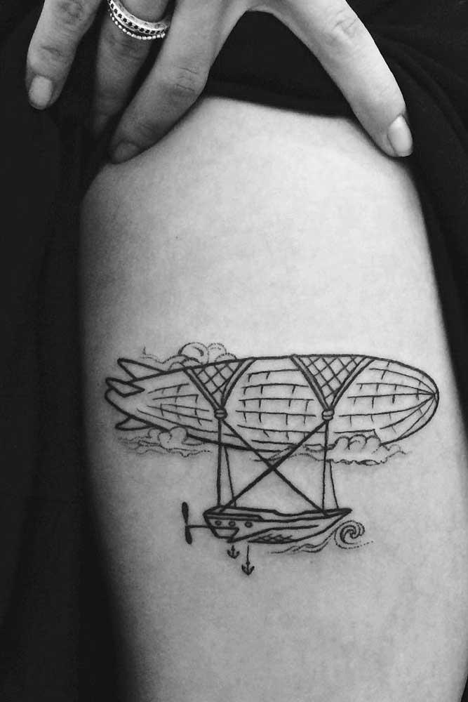 Use a criatividade para pensar em desenhos diferenciados na hora de fazer a tatuagem na coxa.