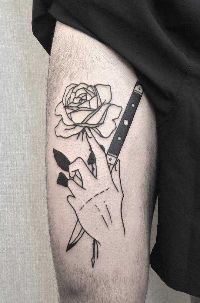 Misture elementos na hora de fazer a tatuagem na coxa.