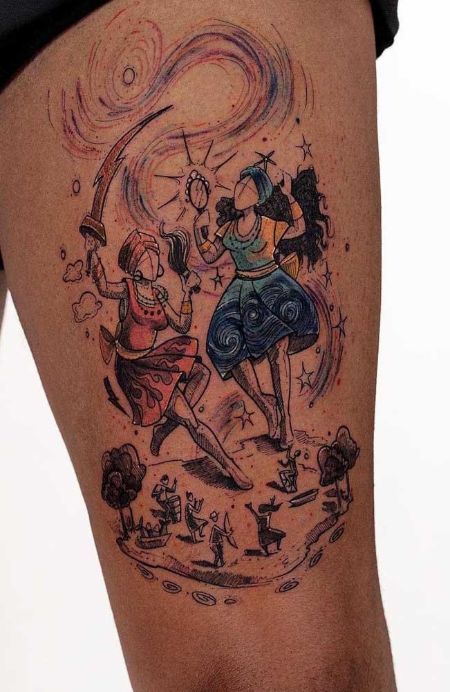 Uma tatuagem colorida na coxa chama bastante atenção.