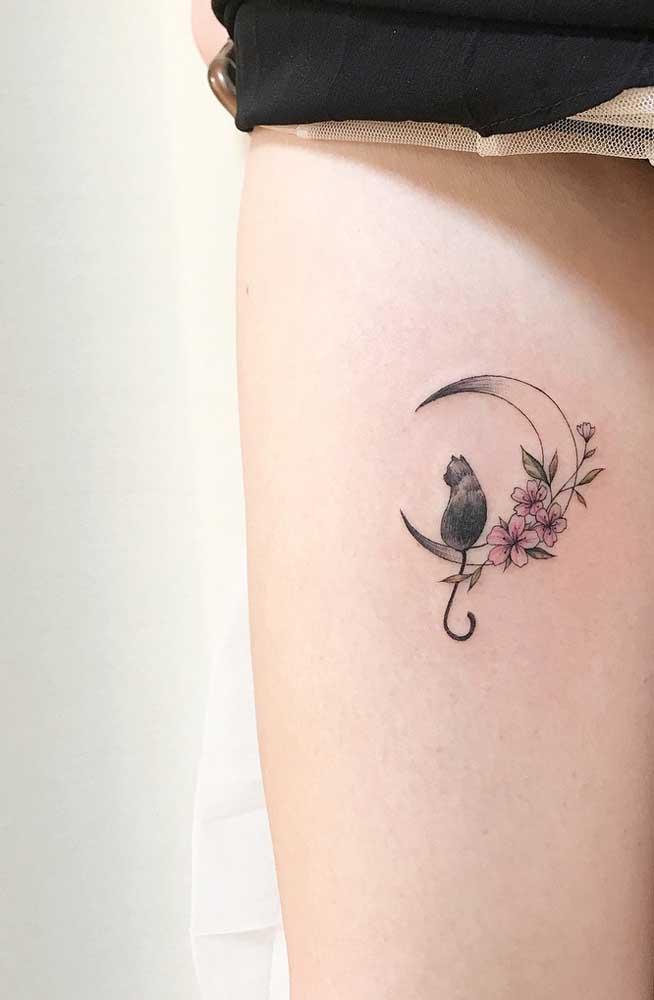 Se você deseja fazer uma tatuagem mais discreta, pode fazer algo mais delicado na coxa.