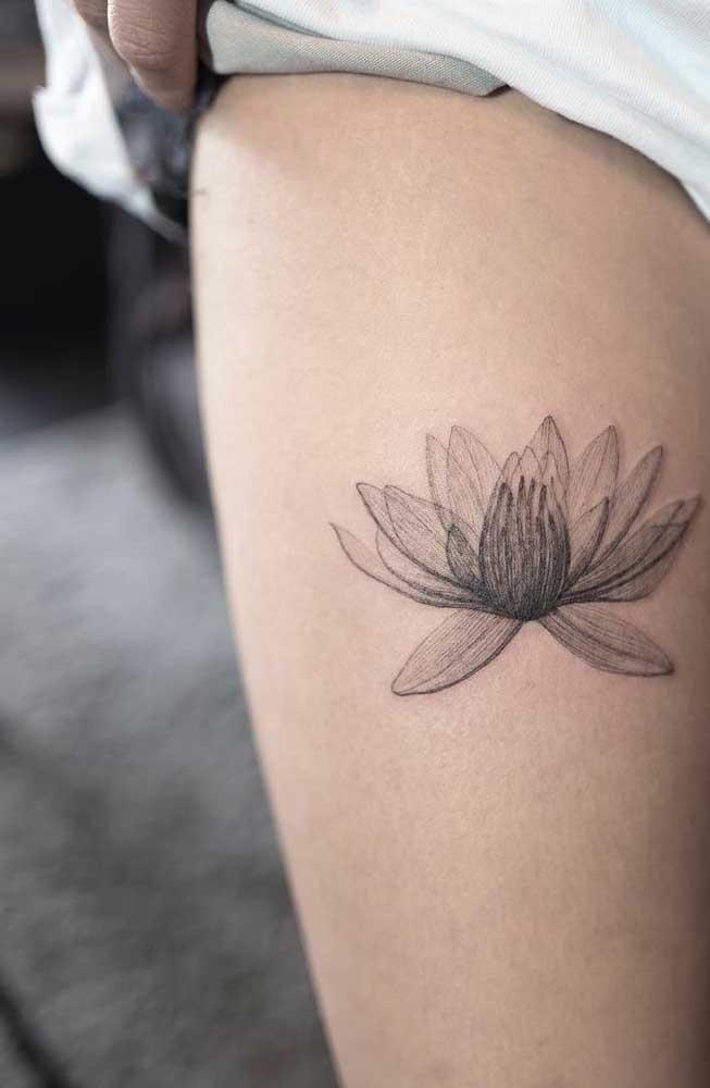 Os traços finos e cheios de detalhes são características da tatuagem na coxa.