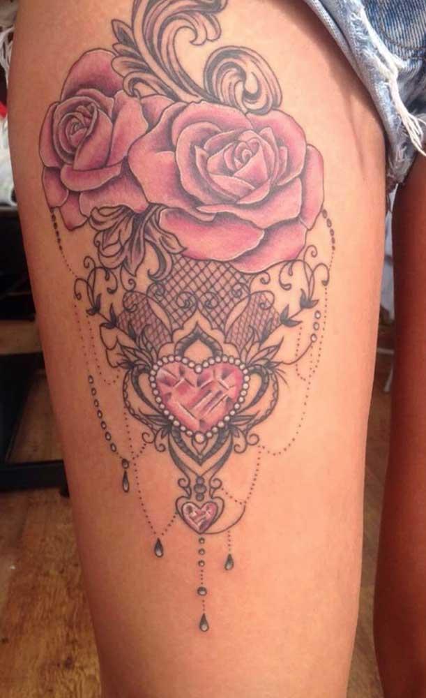 Pedras e flores são elementos delicados para tatuar na coxa.