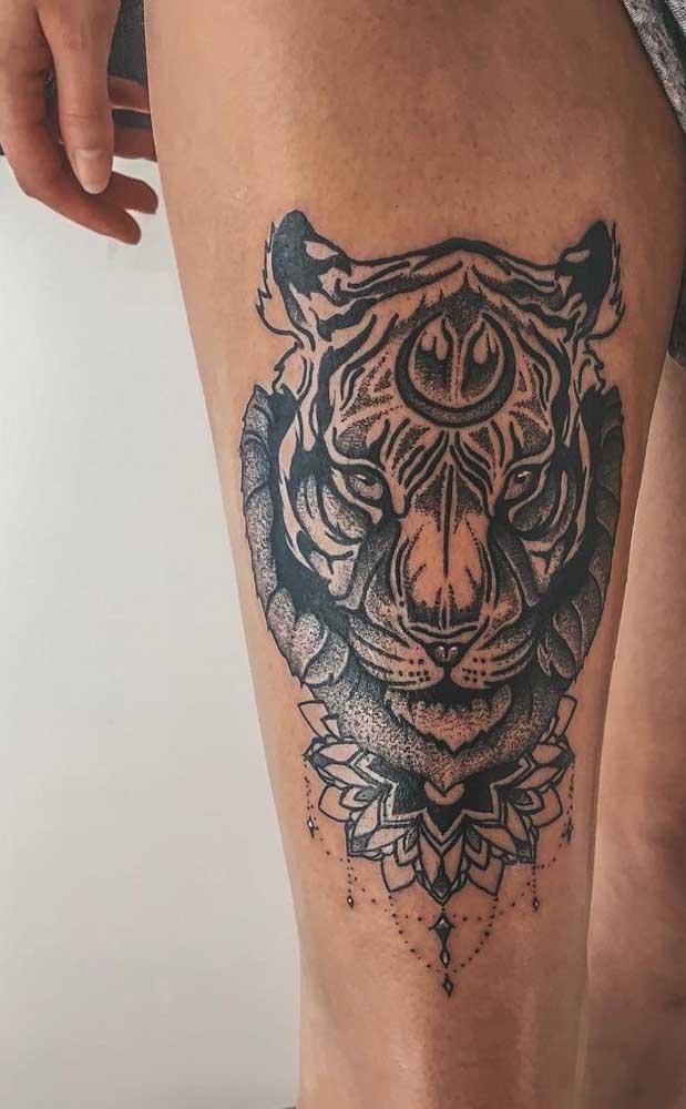 Dois símbolos incríveis como tigre e desenhos indianos se complementam nessa tatuagem.
