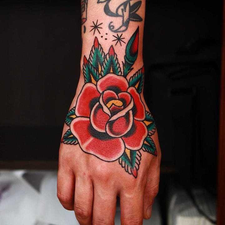 Olha que bela tatuagem old school colorida.