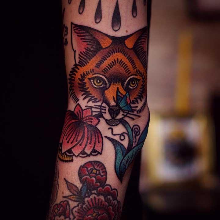 Misture elementos na hora de fazer a tatuagem estilo old school.