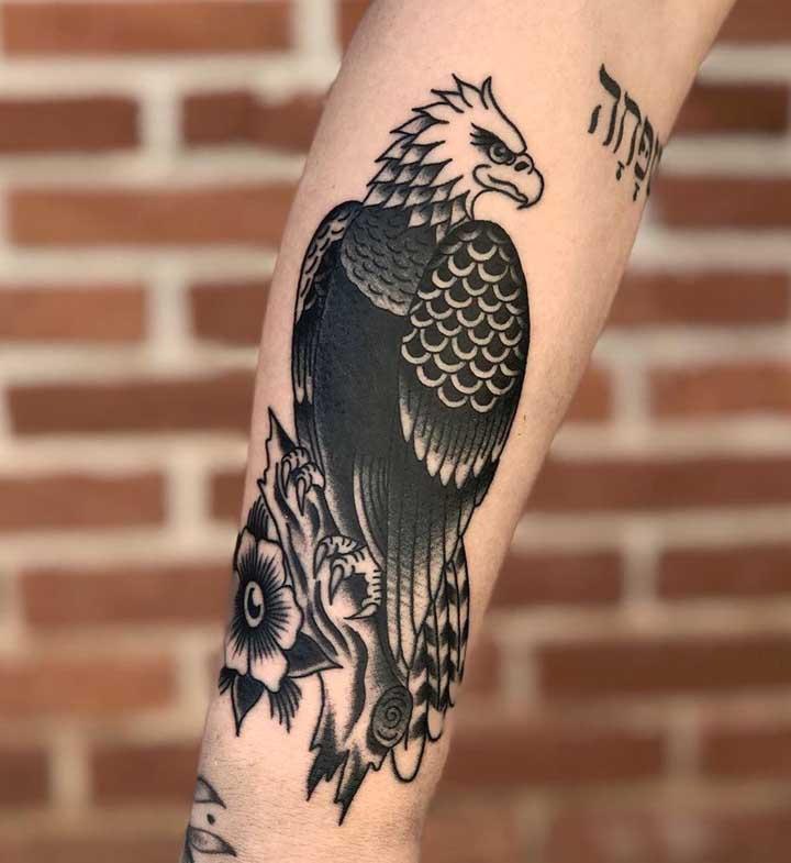 Olha essa tatuagem old school preta masculina.