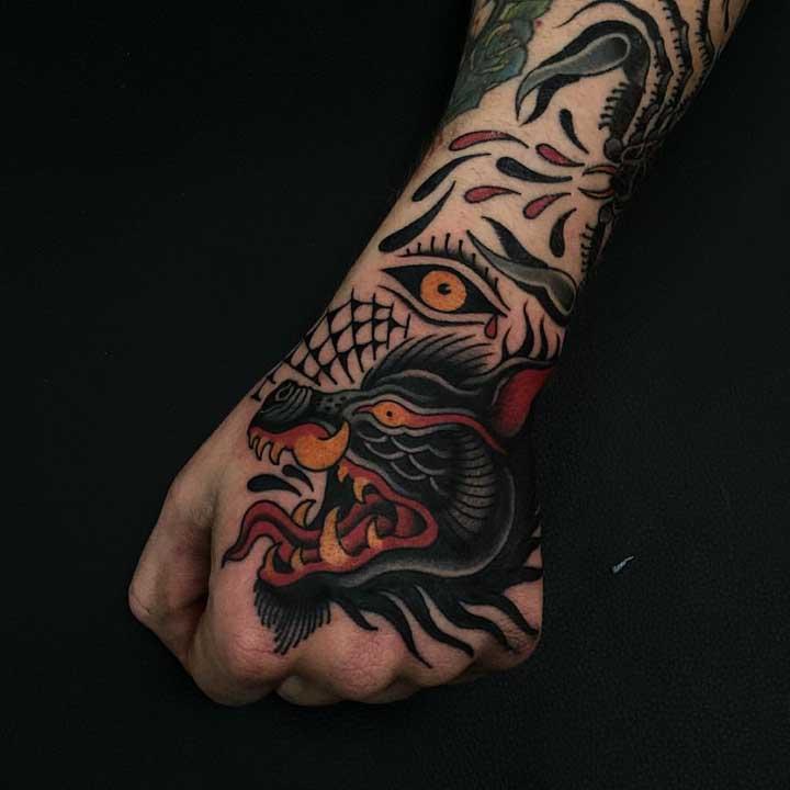 Veja como você pode fazer uma tatuagem old school masculina.