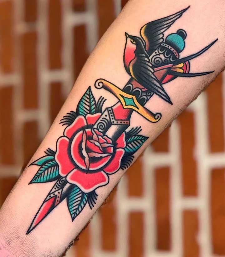 Peça para o tatuador caprichar na sua tatuagem old school.