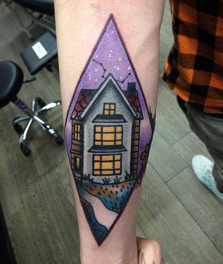 A tatuagem old school apresentam contornos e traços firmes.