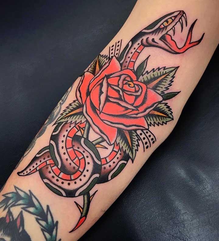 Cores como vermelho e amarelo fazem parte da paleta da tatuagem old school.