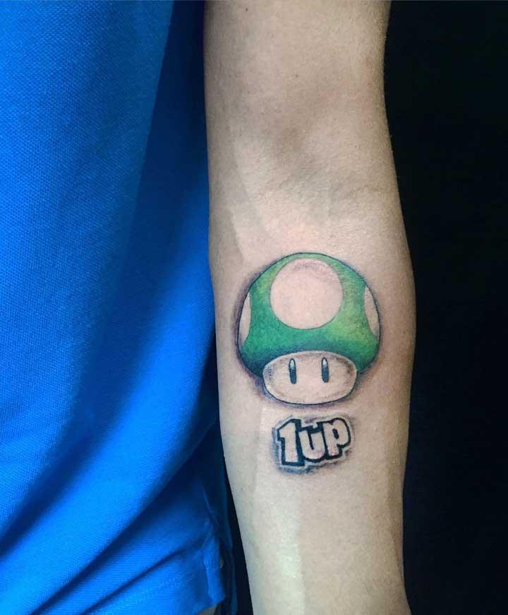 cê pode até usar figuras de desenhos, videogames e jogos para destacar a tatuagem old school.