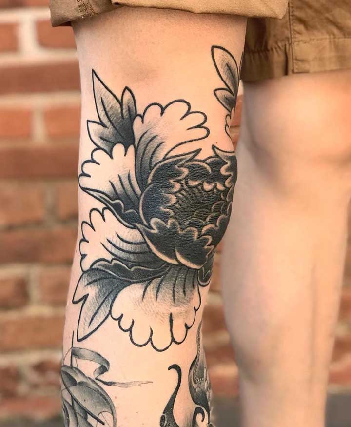Se você não se importa de chamar atenção pode fazer uma tatuagem old school preta na perna.