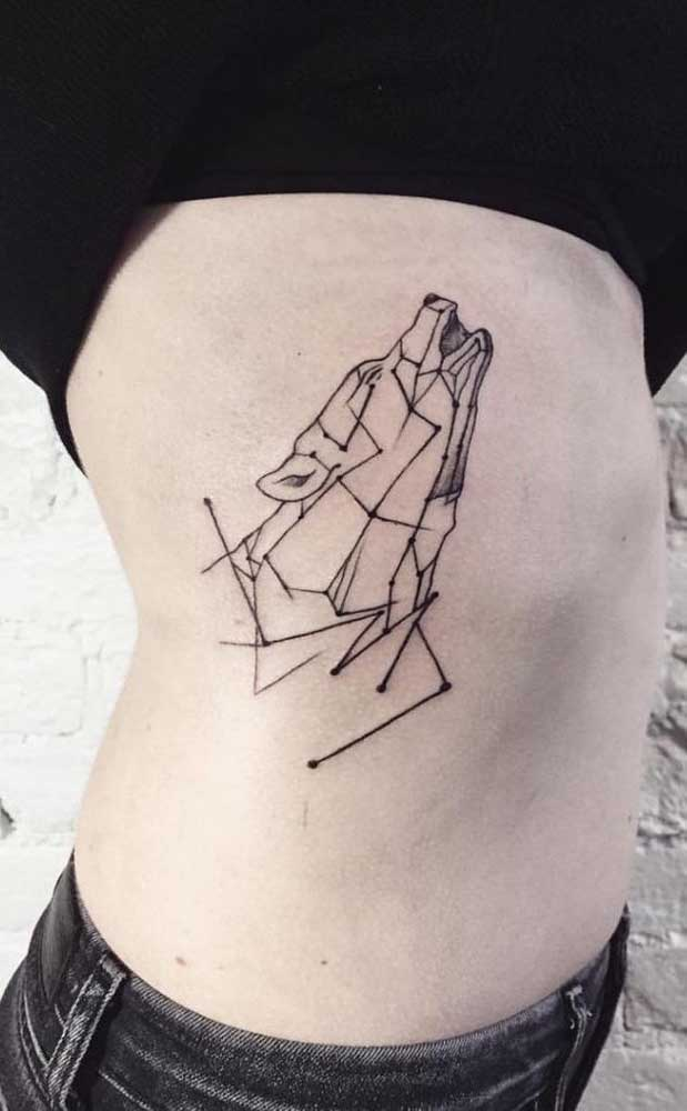 Um lobo geométrico tatuado nas costelas