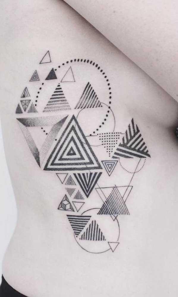 Tatuagem na costela para os fãs de geometria