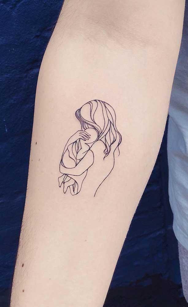 Tatuagem de mãe abraçada com o filho: traços simples em um desenho cheio de expressividade