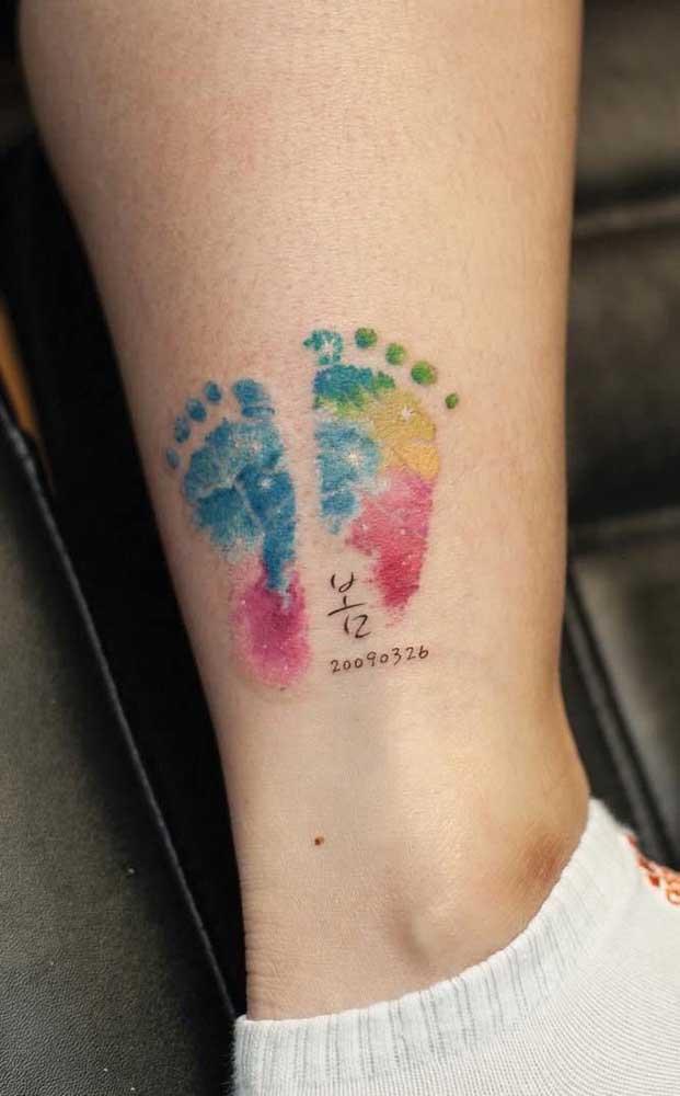 Aqui, os pezinhos coloridos vieram acompanhados da data de nascimento do filho