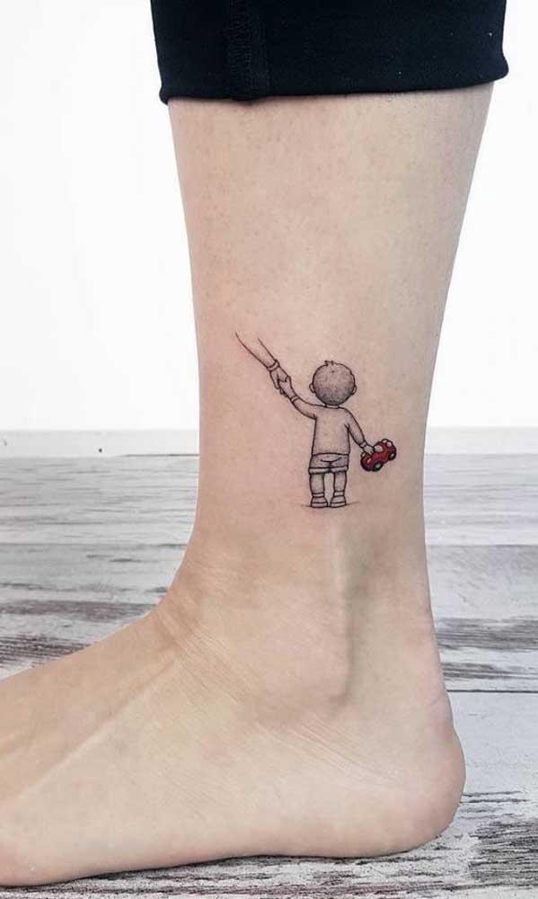 O tornozelo foi o local escolhido para essa tatuagem em homenagem ao filho