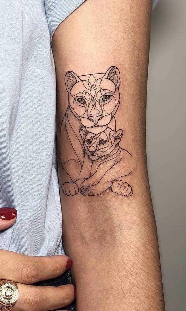 Já aqui é a leoa e sua cria que viraram tema de tatuagem para filho
