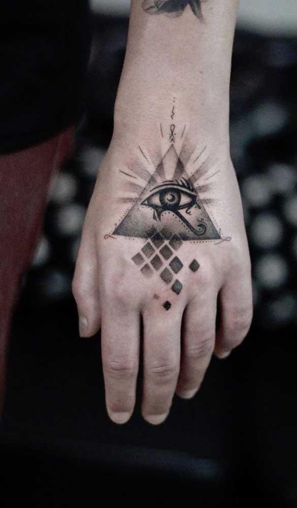 Tatuagem egípcia pequena com pirâmide e olho de Hórus