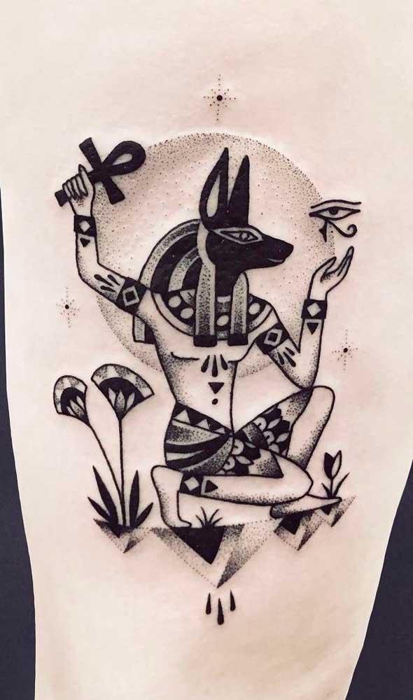 Três símbolos poderosos em uma mesma tatuagem: Anúbio, Cruz Ansata e olho de Hórus