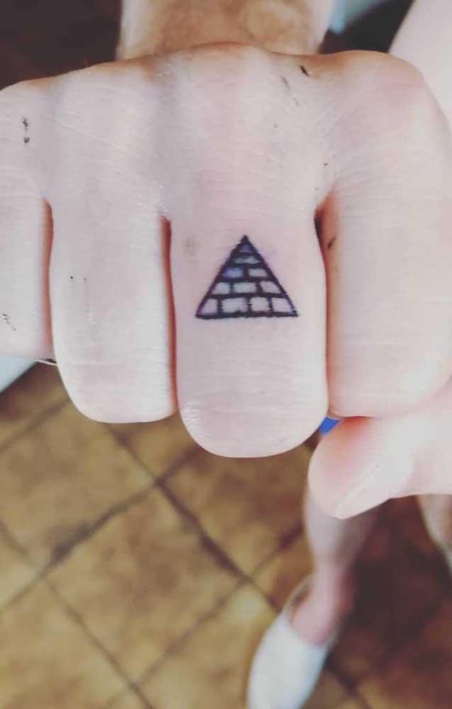 Que tal uma tatuagem de pirâmide discreta em um dos dedos da mão?