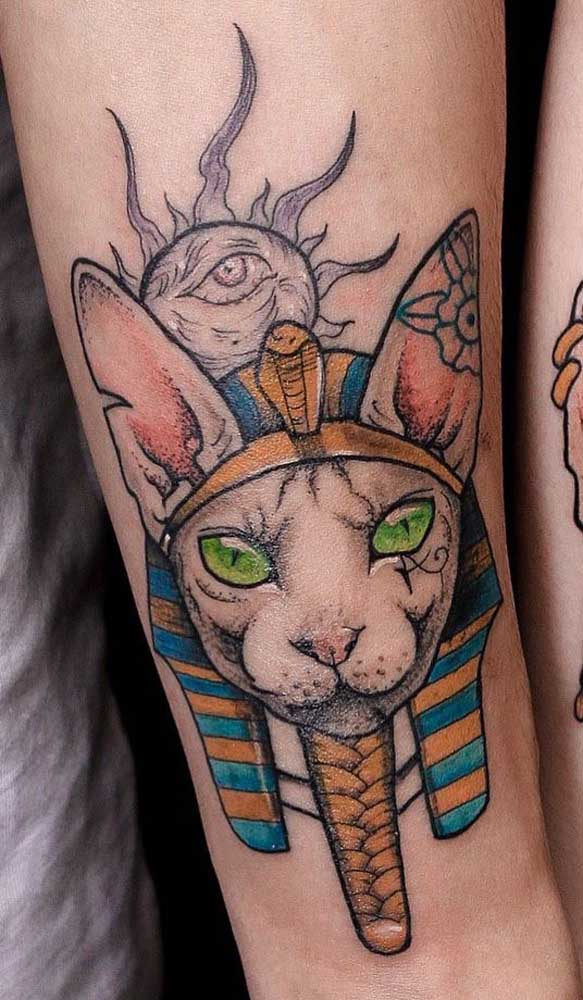 Inspiração feminina de tatuagem egípcia com o olho de Hórus