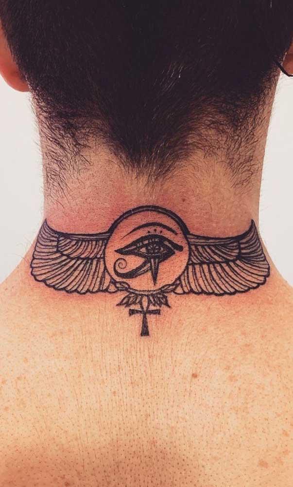 Olho de Hórus tatuado nas costas. Repare que a tattoo ainda traz o desenho de uma cruz Ansata
