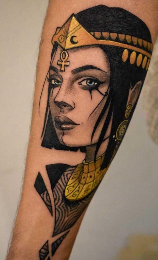 A beleza e a sagacidade de Cleópatra é o tema dessa outra tatuagem egípcia