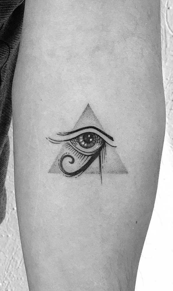 Mística e cheia de significados: a tatuagem da pirâmide com olho de Hórus é sempre muito simbólica