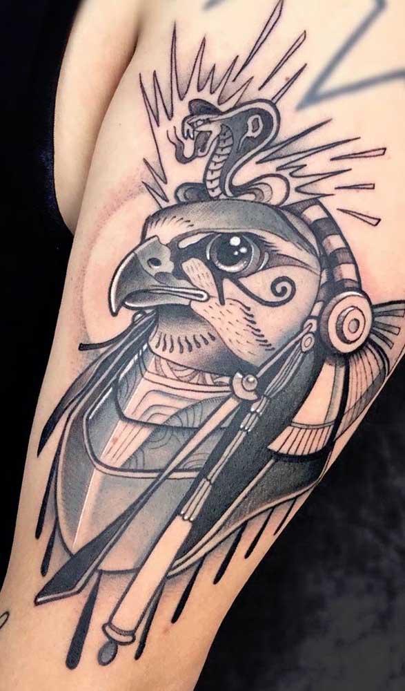 Rá, deus egípcio do Sol, tatuado no braço acompanhado da serpente e do olho de Hórus