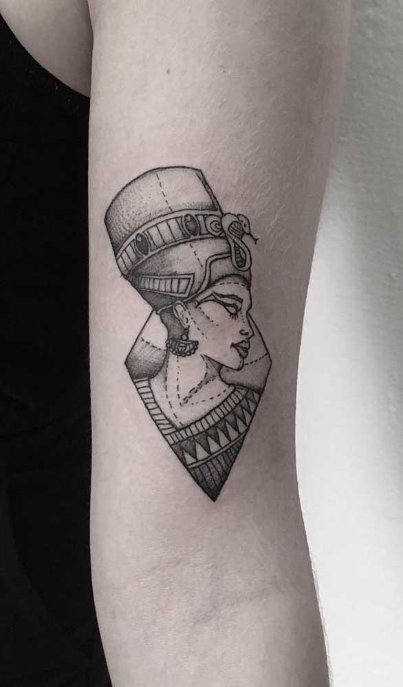 Tatuagem egípcia masculina no braço