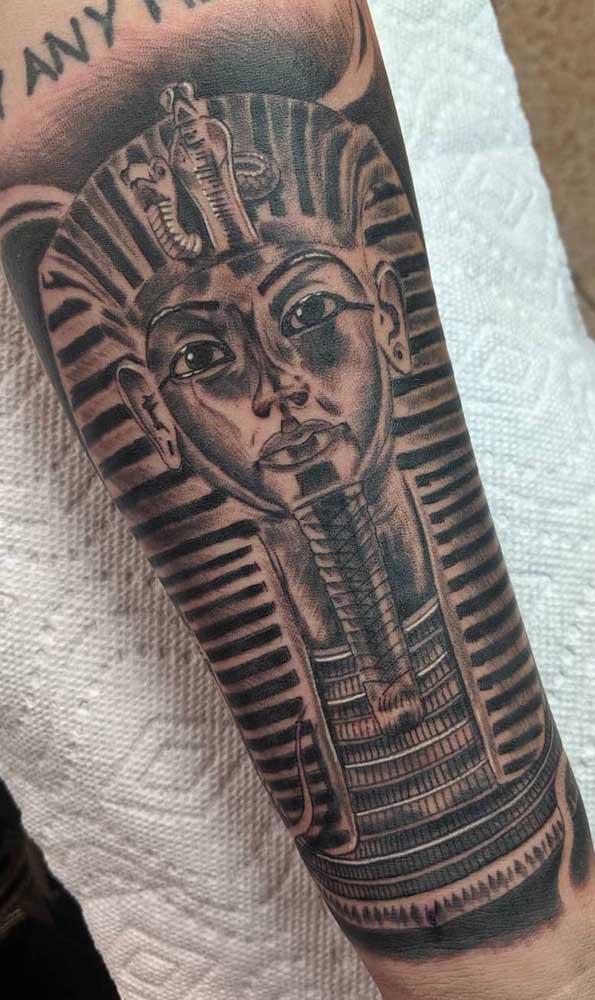 Força divina dos faraós representada pela tatuagem egípcia masculina