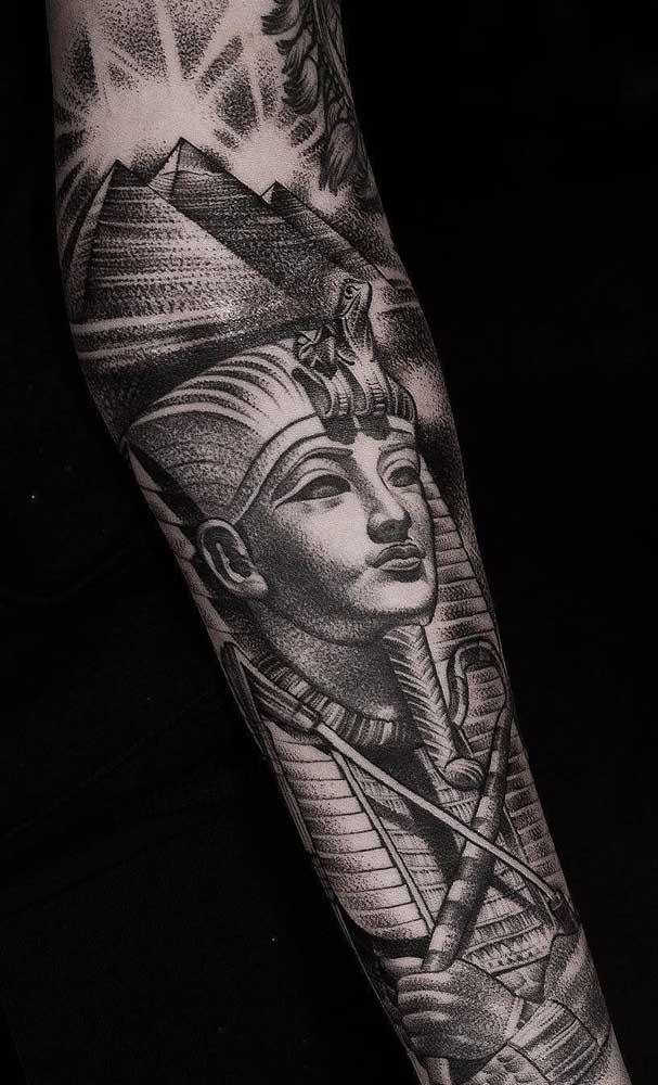 Aqui, o braço inteiro serviu como tela para pintura da tatuagem egípcia de faraó