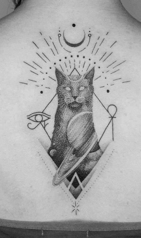 Aqui nessa tatuagem egípcia foram trazidas a Deusa Bastet, a cruz Ansata, o Olho de Hórus e a representação do universo
