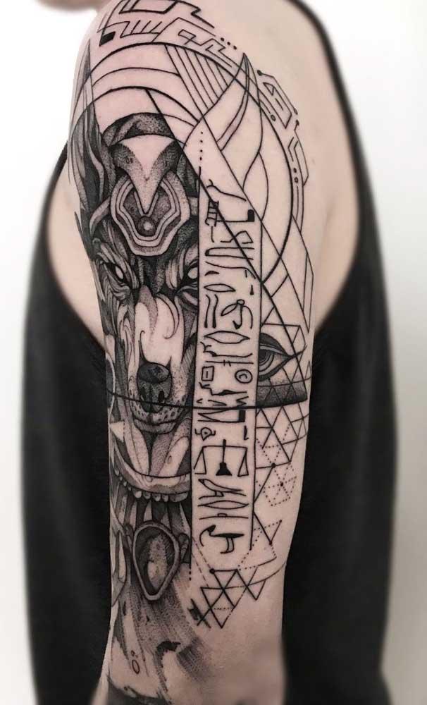 Tatuagem egípcia masculina moderna