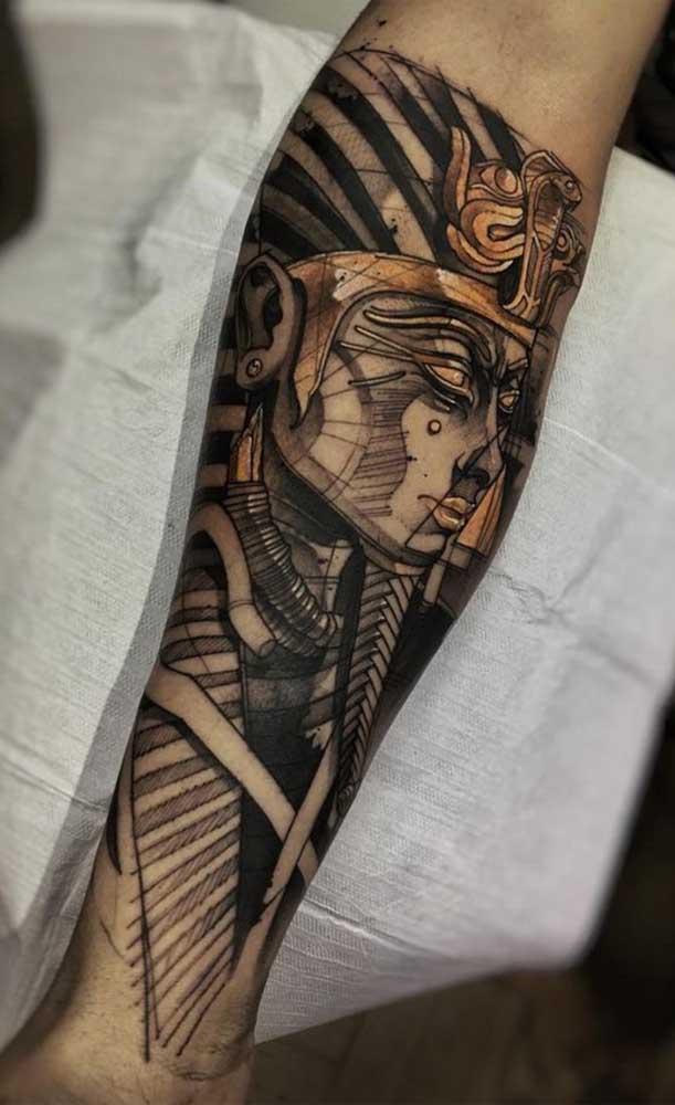 Tatuagem egípcia de Faraó em preto e dourado