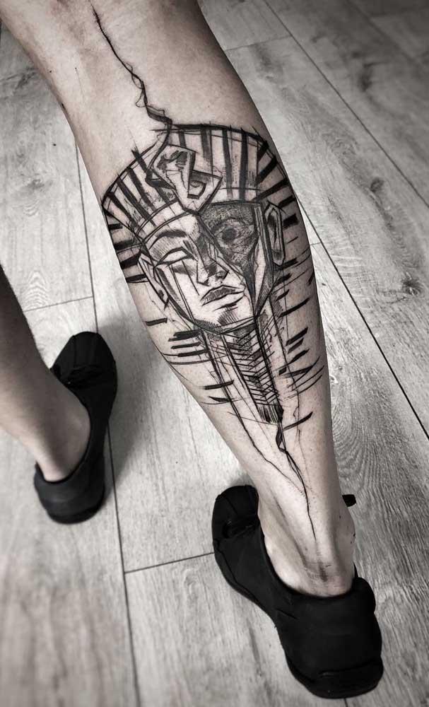 Tatuagem egípcia masculina na panturrilha: o desenho escolhido foi o de um faraó