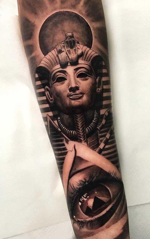 O faraó aparece por aqui também, mas dessa vez emoldurado pelo sol e pelas pirâmides