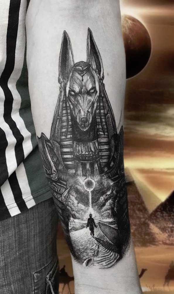 Anúbis para trazer proteção. Esse é o simbolismo dessa tatuagem egípcia