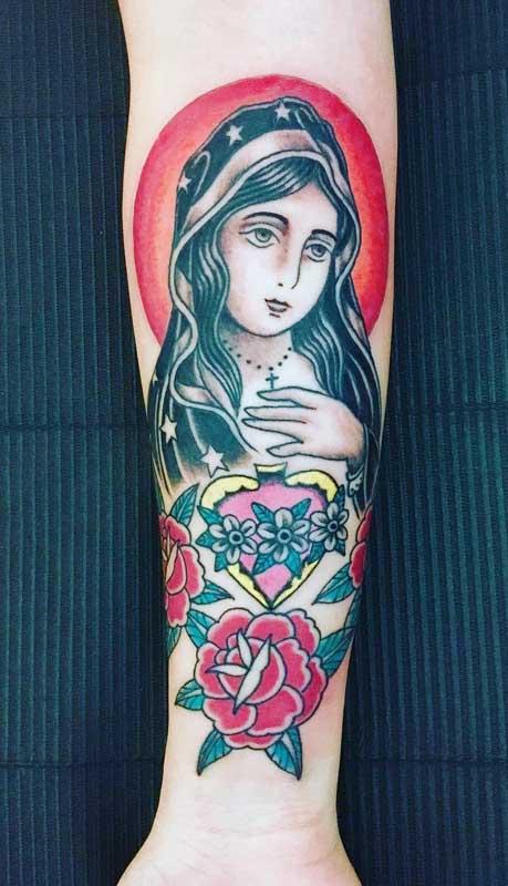 Tatuagem de santa colorida para o braço feminino