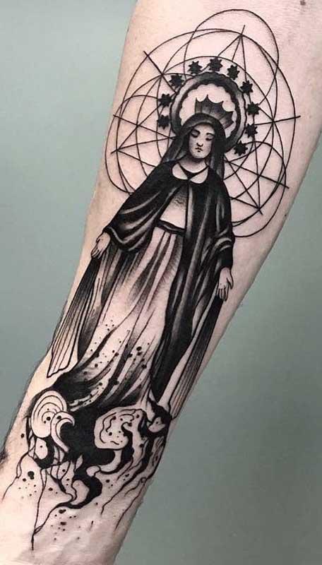 Tatuagem de santa no braço com uma estética forte e cheia de significados