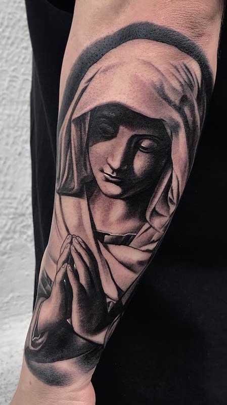 A devoção, pureza e amor das santas ficam valorizados nas tatuagens