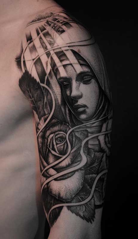 Flores para realçar o lado feminino da tatuagem de santa