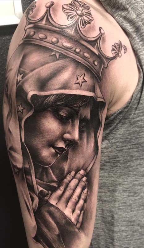 Tatuagem grande de santa cobrindo todo o braço