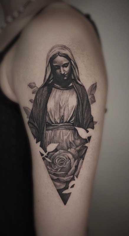 Tatuagem de santa no braço feminina: delicada e carregada de simbolismo