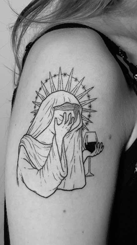 Tatuagem no braço feminina com a santa Virgem Maria
