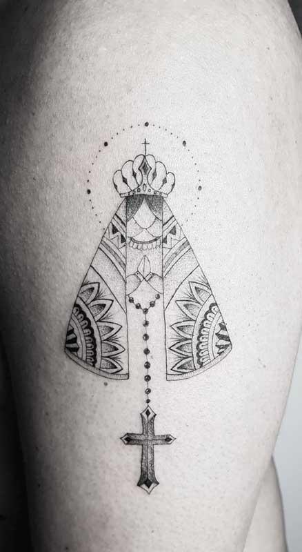 Tatuagem de Nossa Senhora Aparecida em formas geométricas